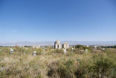 Een bekend beeld langs de weg: begraafplaatsen.