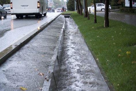 Een foto laat eigenlijk niet duidelijk genoeg zien hoe hard de regen door de diepe goten kolkt en wat voor rivier de weg lijkt te zijn geworden.