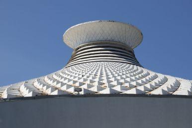 Het dak van het circus kan wel wat onderhoud gebruiken, maar leuke vorm!