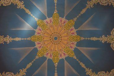 Kleurrijke decoratie op een van de koepels.