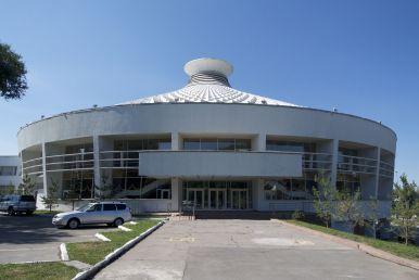 Ook Almaty heeft een circus. Minder kleurrijk dan die van Bishkek, maar wel een intrigerend gebouw.