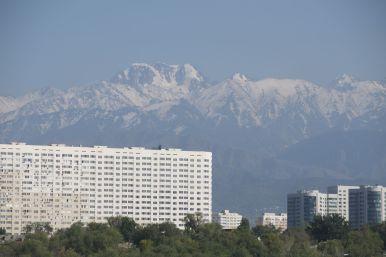 Het uitzicht is wel mooi hier. De gebouwen vind ik op zich niet mooi, maar ze komen wel prachtig uit tegen de bergen op de achtergrond. Het mooie weer helpt ook weer mee.