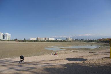 We denken naar een meertje te fietsen, maar het meertje is niet meer dan een lege vlakte met en klein plasje water.