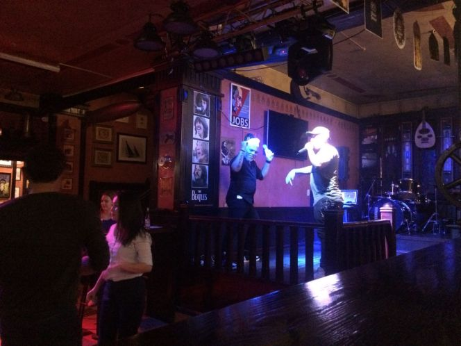 Daar zijn we dan als Nederlanders in een Ierse Pub in Kazakhstan om salsa, bachata en kizomba te dansen.