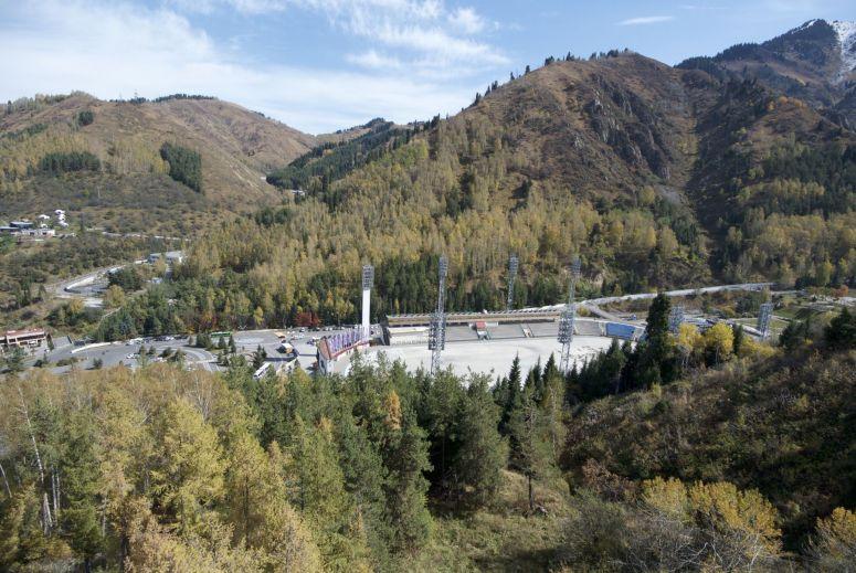 Medeo (of Medeu) is een beroemde schaatsbaan in Kazakhstan. Maar daar komen we niet voor, wij komen voor de prachtige bergen.