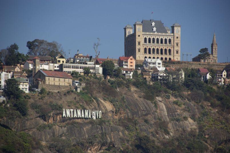 Een blik op Antananarivo's heuvels met letters en paleis.