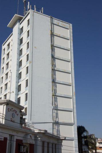 Ons uitzicht uit onze hotelkamer. We weten niet waar de ladders voor bedoeld zijn. Ik vermoed i.pv. steigers want als brandtrap heeft het weinig zin.