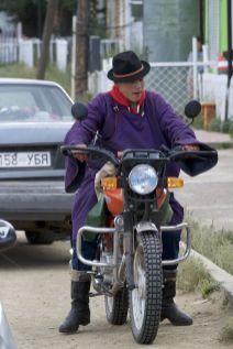 Typisch Mongoolse motorkleding...