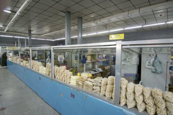 We vragen ons af wat dat voor rare vormpjes zijn. Pasta denken we eerst, maar het is wat hier in Mongolië doorgaat voor kaas.