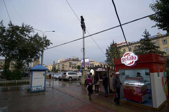 In Mongolië zijn ze dol op ijs, overal kun je het kopen. Maar het weer werkt vandaag niet echt mee.