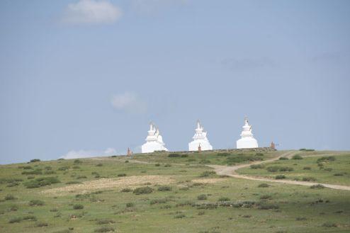 Die tempeltjes zouden wat schaduw kunnen bieden, maar zijn vrij ver van de weg af.