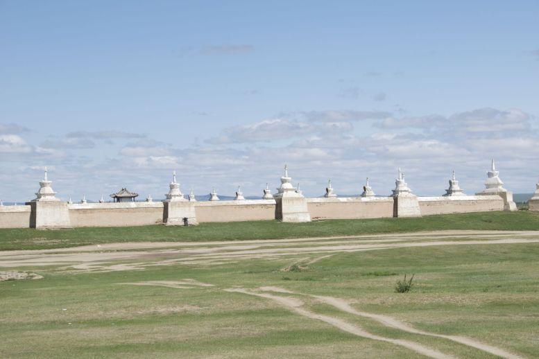 Erdene Zuu bevindt zich op spuugafstand van ons hotel. De enorme buitenmuur is niet te missen.