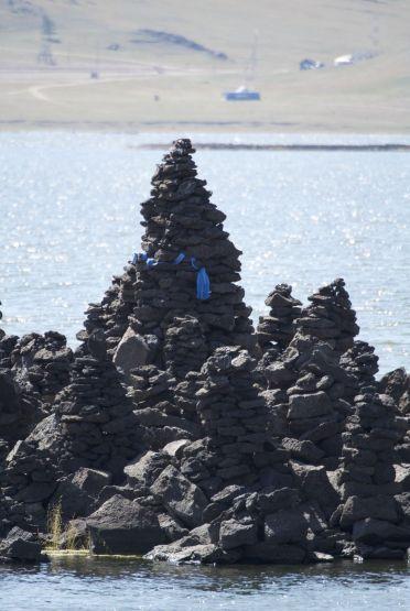 Het ziet er naar uit dat het een hele verzameling van gestapelde stenen is, met natuurlijk weer blauwe sjaaltjes.