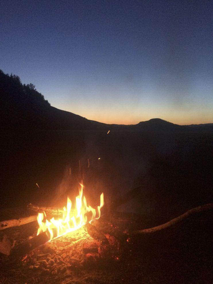 Genieten van het vuurtje en de zonsondergang.