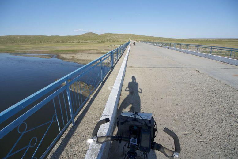 De rivier bereikt! Met een klein stukje asfalt om het water over te gaan.