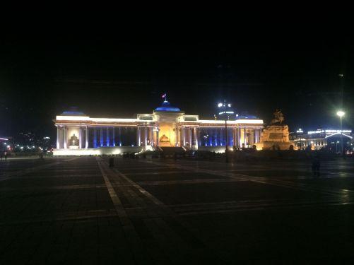 Het parlementsgebouw is 's avonds mooi uitgelicht.