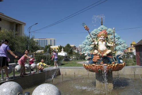 Kinderen, mooi weer en water... uiteraard ga je dan spelen in de fontein.