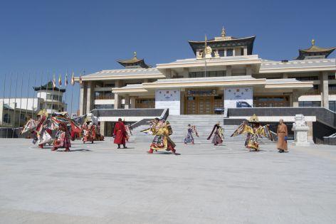 Op een plein wordt flink geoefend met een traditionele dans.