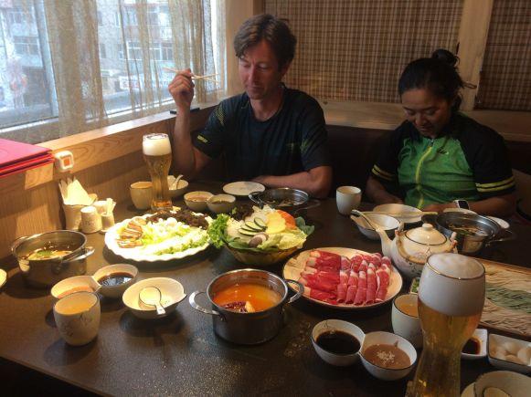 Een tafel vol met eten en drinken kost ons uiteindelijk zo'n €7,50 per persoon.