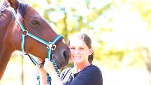Portrait Pferdegestützter Coach und Pferd