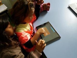 Romi-učenje2;-foto:-Udruženje-Romkinja-Nada