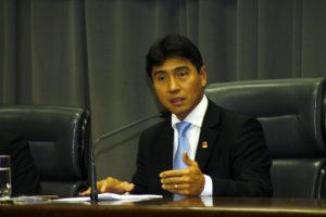 O deputado Hélio Nishimoto discursa durante solenidade presidida por ele, na Assembleia Legislativa