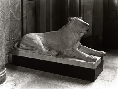 a statue of a lion lying down