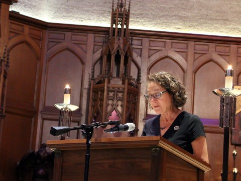 Rabbi Serena Eisenberg chants a passage from the Torah at an interfaith memorial for the Pittsburgh synagogue shooting at Grace Cathedral in San Francisco, Oct. 27, 2019. /Gabriel Greschler