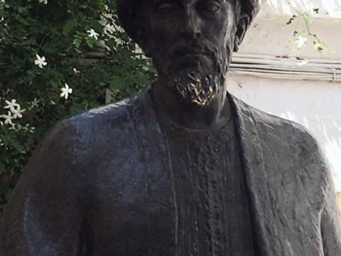"""פסל של הרמב""""ם בעיר הולדתו קורדובה, ספרד."""