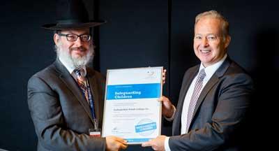 Presenting the certificate Photo: Chana Franck
