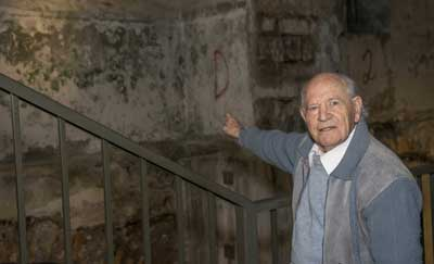 Shmuel Matza, 89, points to the interior wall of Jerusalem's Kishle, which was his stopover on the way to six months of imprisonment in British Mandatory Palestine during the 1940s. Credit: Maayan Jaffe-Hoffman.