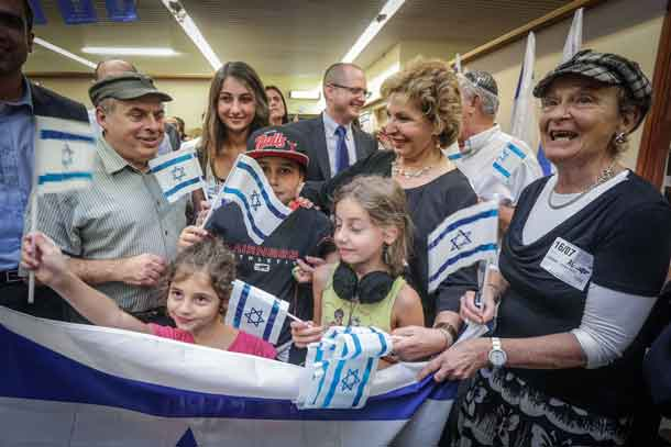 Jewish Agency Chairman Natan Sharansky and Aliyah and Immigrant Absorption Minister Sofa Landver pose with a family of immigrants from France that arrived in Israel this evening. Photo by David Salem.