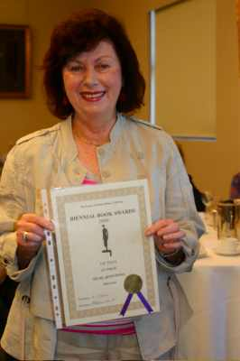 Di Armstrong with award