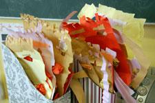 têtes en papier déchiré par les élèves de la casse de CE1 de Joëlle