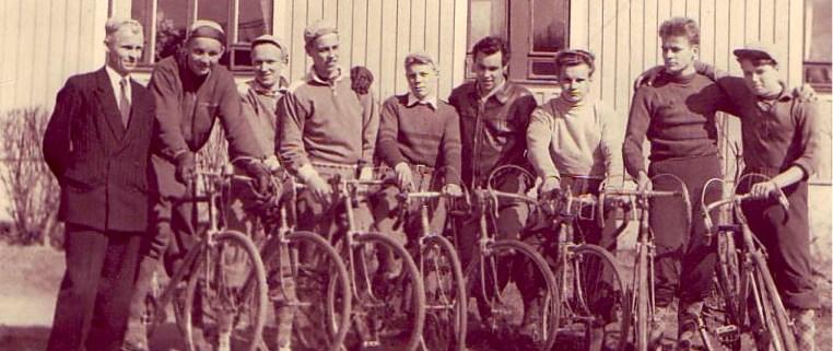 Arvokkaasti pukeutuneita seuralaisia vuodelta 1954.