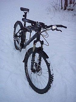 Toimiva talvipyörä. Huomaa täyspitkät lokarit, ledivalot ja nastarenkaat. Maastopyörällä on talvella turvallinen ajaa matalan painopisteen ansiosta.