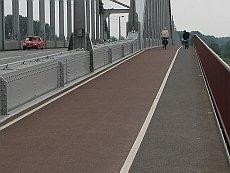 Sileää ja tasaista värillistä asfalttia Hollannissa.