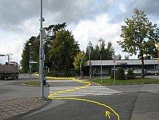 Mutkittelua liikennevalojen perässä Vaajakoskella. Pyöräilijän reitti on merkitty keltaisella.