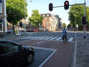Pyöräkaista ja -tasku Hollannissa. Pyöräilijä ryhmittyy punaisten valojen palaessa turvallisesti autoilijan eteen. Autoilija näkee koko ajan, mihin pyöräilijä on kääntymässä.