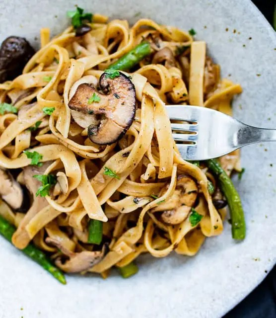 Garlic tagliatelle with mushrooms and asparagus