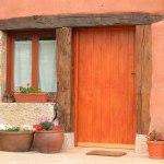 Puerta entrada casa rural ecológica Kaaño etxea.