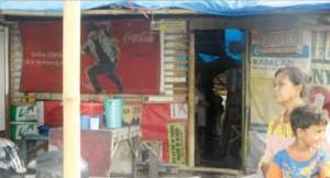 MISKIN: Suhartini dan Endi Polkam di depan rumahnya di Kampung Ujung.
