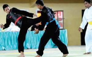 TENDANG: Salah satu pertandingan pencak silat kategori putra di GOR Tawang Alun Banyuwangi kemarin.