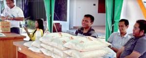 PASAR MURAH: Operasi pasar sembako dilakukan di halaman Disperindagtam, kemarin.