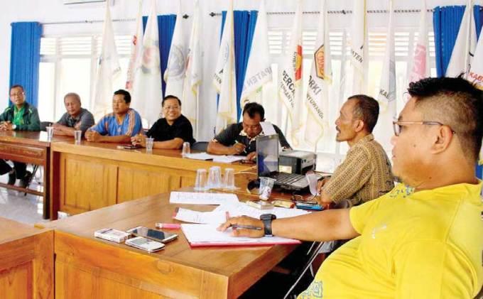 Panitia-tengah-rapat-teknis-persiapan-pelaksanaan-musorkablub-di-Sekretariat-KONI-Banyuwangi-kemarin.