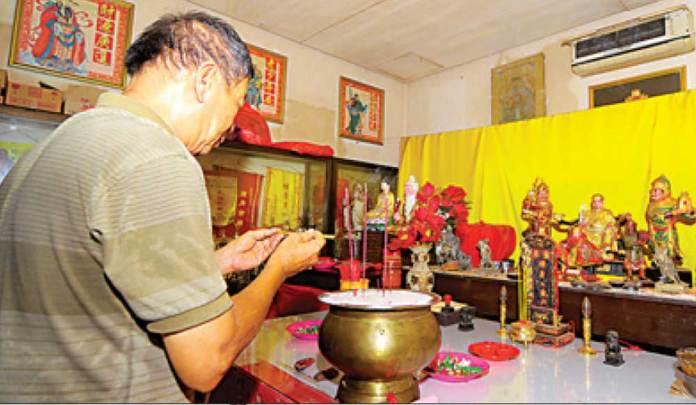 Umat-sudah-mulai-bersembahyang-menyambut-datangnya-tahun-baru-Imlek-di-Klenteng-Hoo-Tong-Bio,-Banyuwangi,-kemarin.