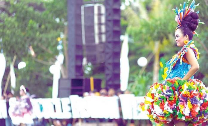 Peserta-beraksi-mengenakan-busana-yang-terbuat-dari-plastik-bekas-berwarna-warni-di-amphitheatre-Pantai-Boom-sore-kemarin