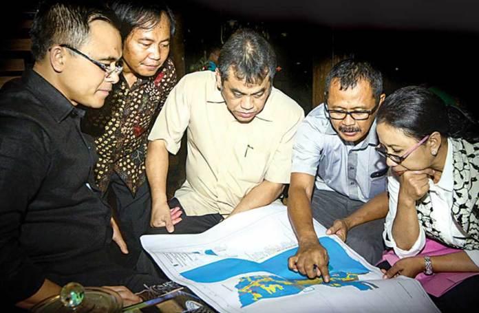 Usai-makan-malam,-Menteri-Rini-Soemarno-singgah-di-Sanggar-Genjah-Arum.-Di-sana-membahas-rencana-pembangunan-jalan-tol-Probolinggo-Banyuwangi.