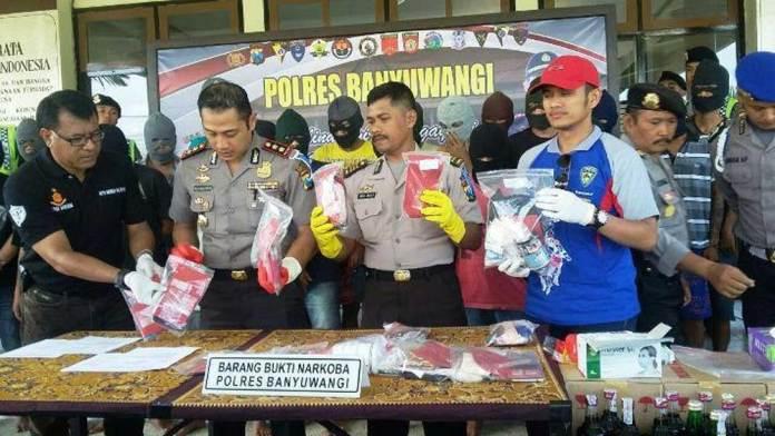 Kapolres-AKBP-Budi-Mulyato-didampingi-sejumlah-pejabat-utama-Polres-Banyuwangi-menunjukkan-narkoba-hasil-tangkapan-petugas
