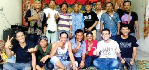 Matzin-(berdiri,-batik-biru)-bersama-Ketua-DKB-Samsudin-Adlawi-(kaus-hitam-pakai-udheng)-dan-Ketua-Ikawangi-Malaysia-(kaus-kombinasi-putih-ungu).